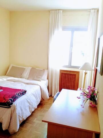Habitación con cama de matrimonio y luminosa