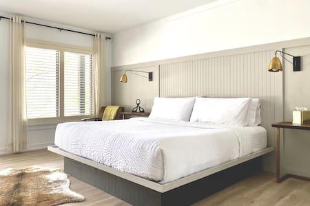 Luxury Mountain Retreat! Best Location! 1 King Bed