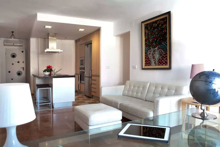 Private Room and Bath in Sunny, Spacious Apartment - Cartagena - Daire