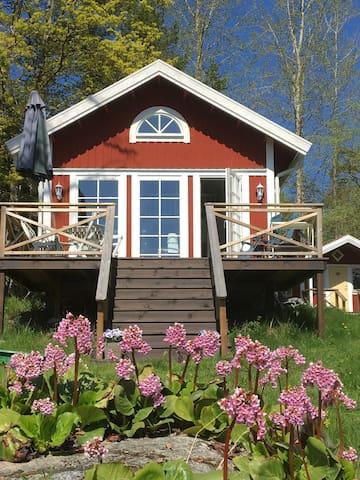 Nybyggd gäststuga nära sjön i Svartnö by
