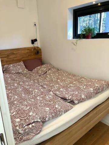 Stora sovrummet har en 160cm säng byggd från vägg till vägg, med förvaringsutrymme under.