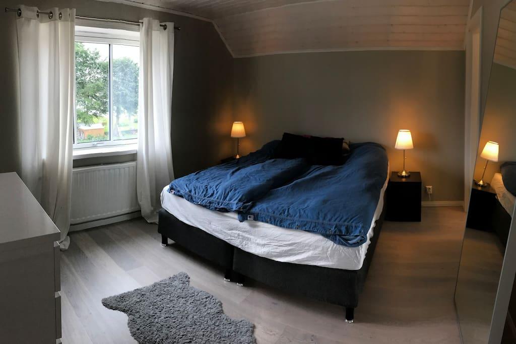 Sovrum 1 (dubbelsäng och walk-in closet)