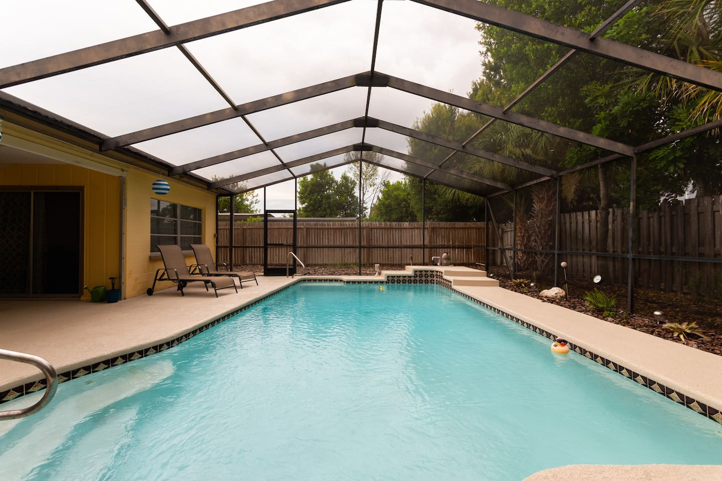 Bayshore Gardens BnB-2 Queen Bedrooms, Private Bathroom with Pool Access