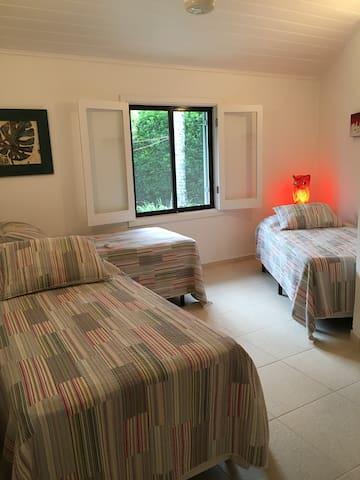 Quarto 03 - 03 camas de solteiro ou reverte para 01 de casal e 01 de solteiro
