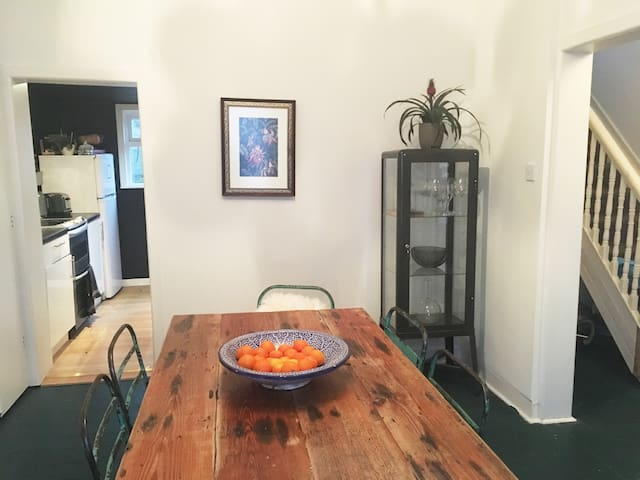 Stylish double room 15min walk to city. King bed - Dublin - House