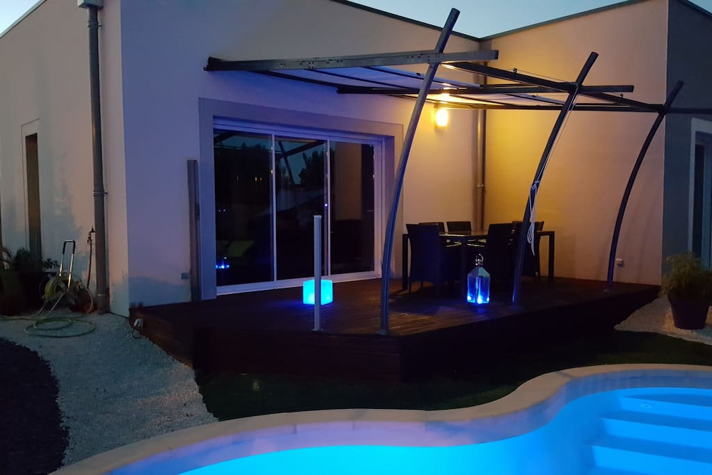 Terrasse en bois de 20 m2 devant la piscine