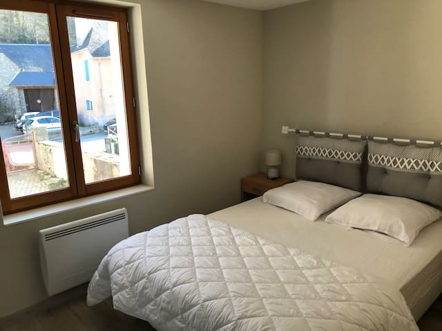 Chanvre à l'étage avec lit 140x 190 couette 200x200 oreillers 60x60