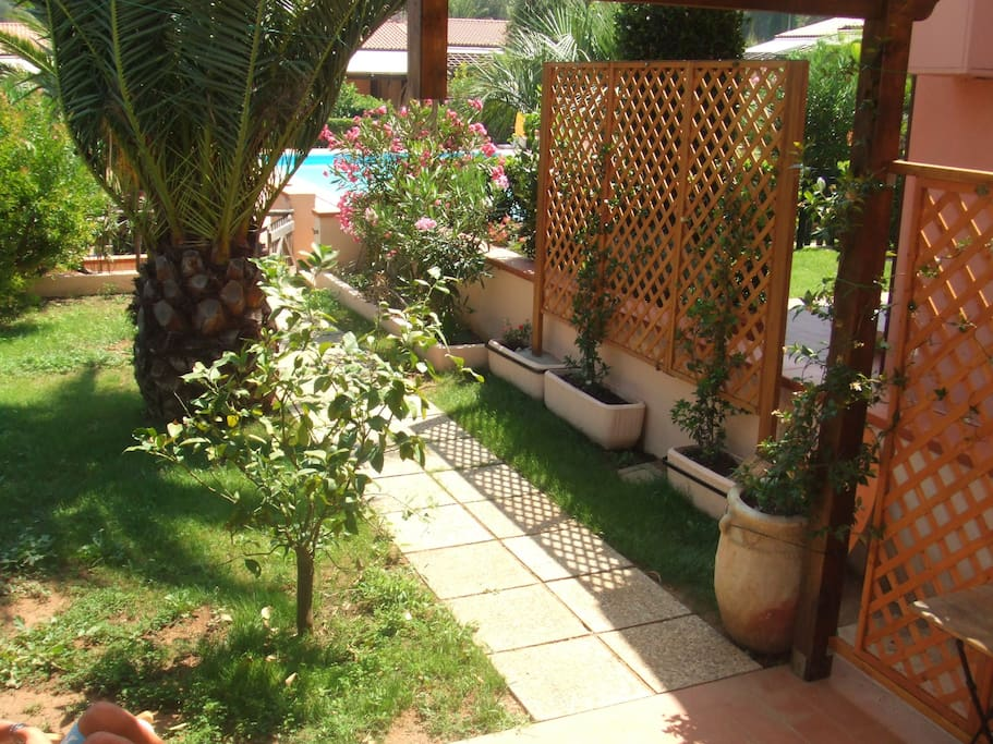 giardino ed ingresso alla piscina