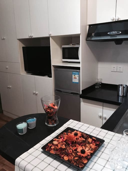 Full kitchen, TV and Internet cable included! Microwave easy to use! All new electronics!  所有电器都是新的,包括电视、微波炉、冰箱。整套厨房都可以用~