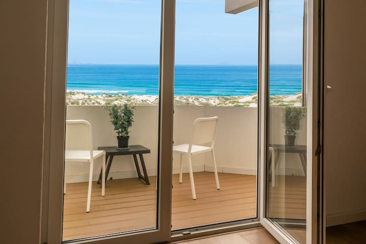 Baleal House with a front Sea View and Surf Breaks