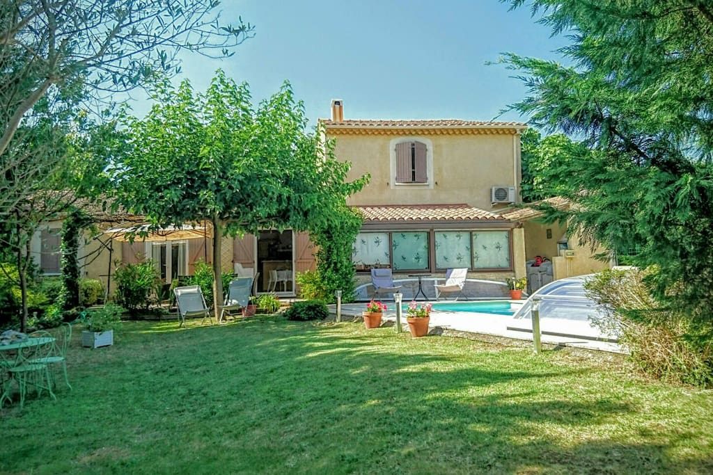 Villa avec piscine et jardin villas for rent in l 39 isle for Piscine isle sur sorgue