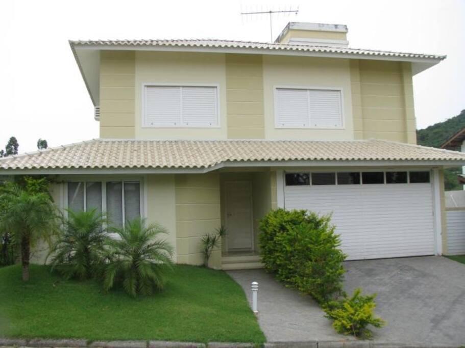 Casa no condomínio fechado Porto da Lagoa  Condomínio Village,portaria 24h com toda segurança e tranquilidade que sua família merece. Localizado a 4km do Campeche