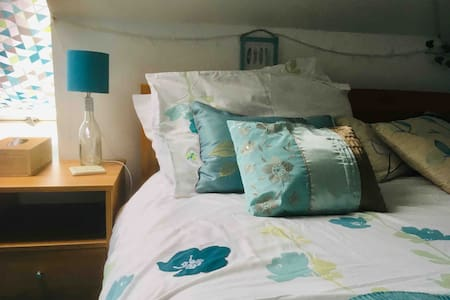 Yeovil TOWN CENTRE COSY ATTIC ROOM IN FAMILY HOME