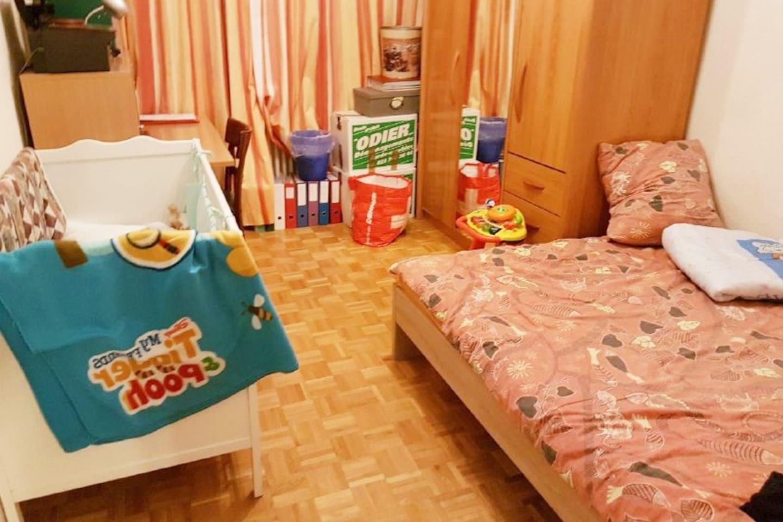 Chambre avec lit double et lit enfant (il y a des cartons sur la photo, car nous étions en plein rangement)