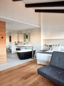 Suite with Bathtub