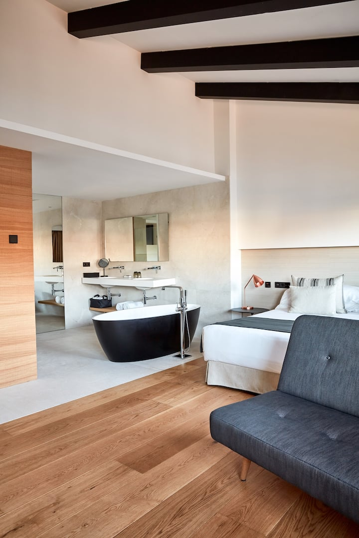 NAKAR Hotel - Suite with Bathtube and Balcony (Street View)