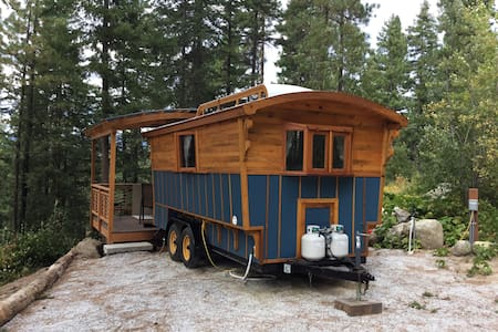 Blue Gypsy Wagon. - Leavenworth - Cabin
