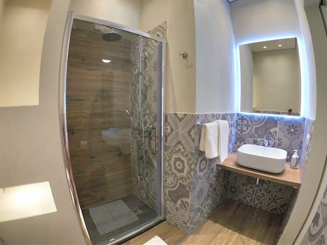 camera con bagno, aria cond. nespresso e Smart tv