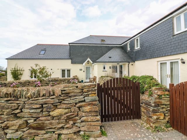 SORREL COTTAGE, pet friendly, with a garden in Padstow, Ref 982841