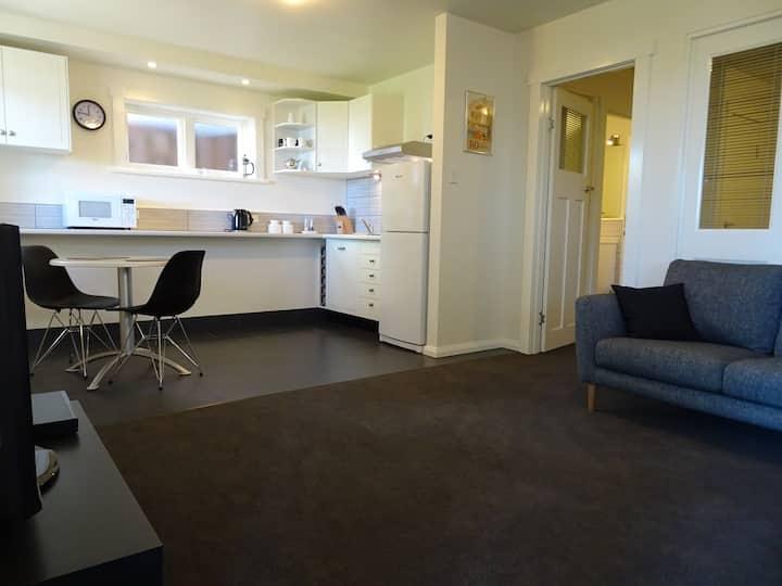 Central West Hobart Apartment Garden & River Views