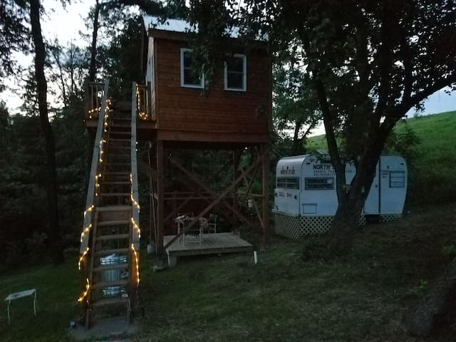 Off-the-grid TreeHouse! Sleeps 12 w/added camper!