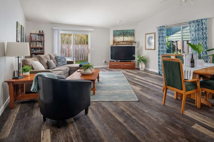 Single Level Gem w/ Foosball Two Blocks to Park w/ Tennis and B-Ball Courts, 12 miles to Portland