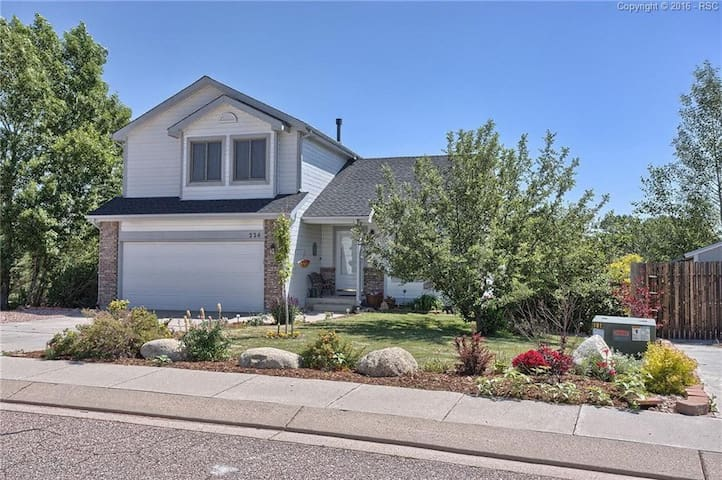4BR House with Great Views, mins from USAFA & I25!