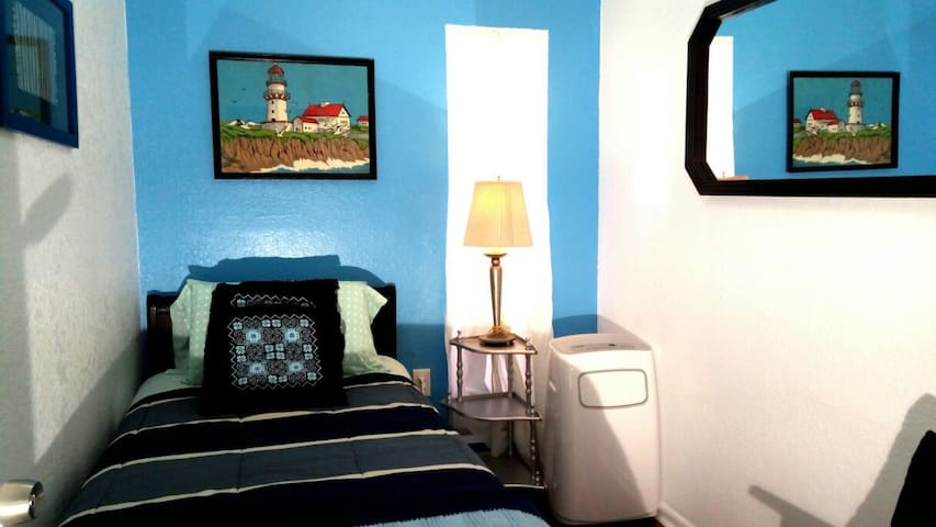 PRIVATE ROOM-8 Mins to Beach/4 Mins to Downtown-C5