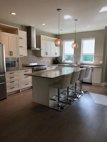 Executive Lakeshore Townhome - Lower Mission