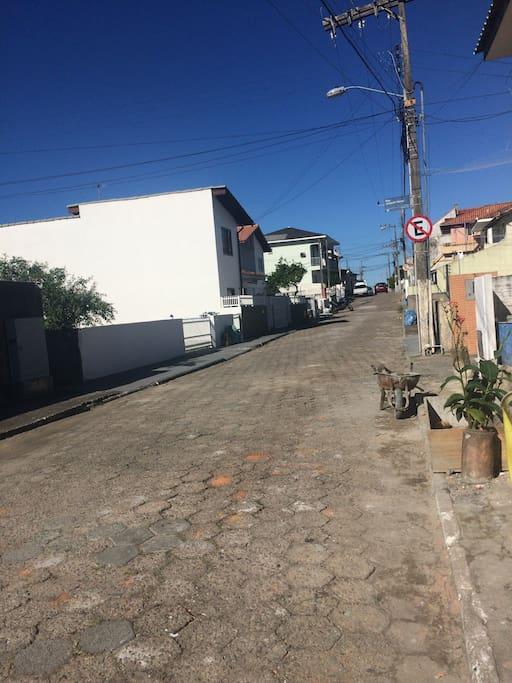 Rua Joaquim Neves com praia ao final da rua