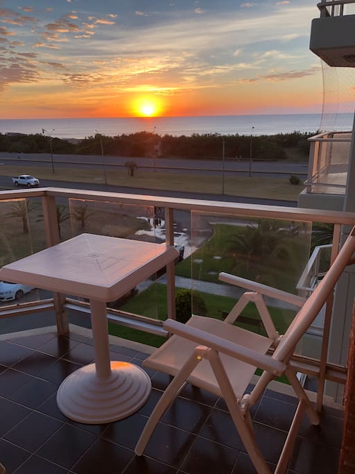 Balcón con amplia vista al mar.
