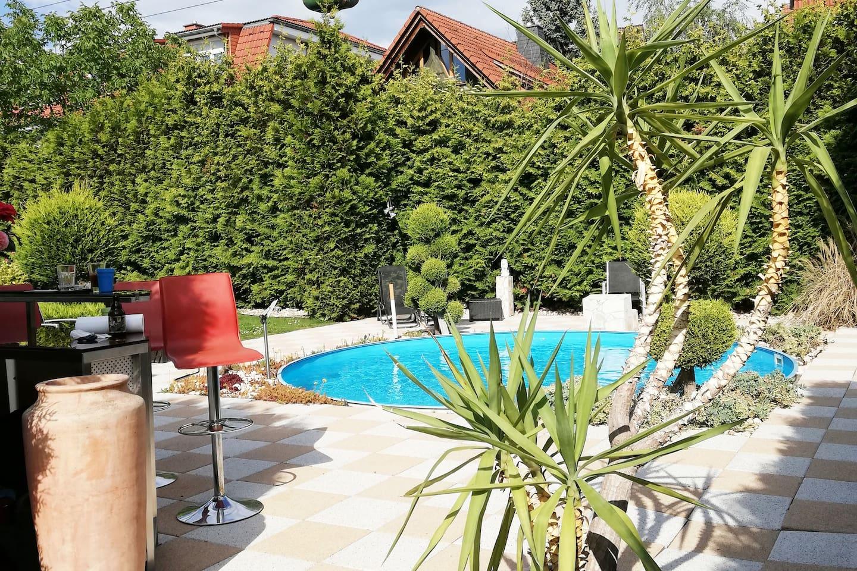 Idyllischer Garten und Pool