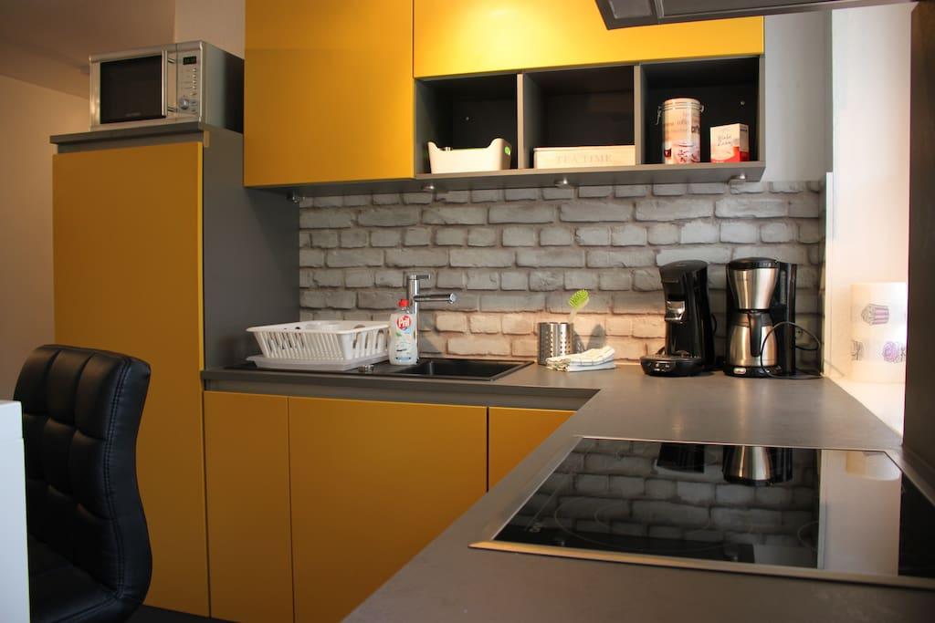 Voll ausgestattete Küche mit Senseo Kaffeemaschine, Filterkaffeemaschine, Mikrowelle, großem Kühlschrank etc.