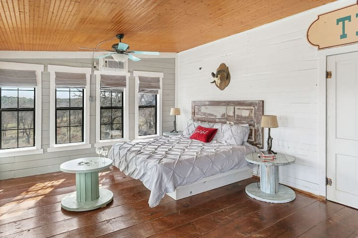Absolutely Charming Stargazer Cabin, 2/1 Rustic Cabin, Amazing Hill Country View