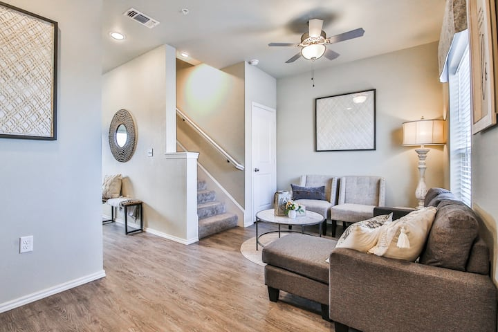 New luxurious entire townhouse with backyard