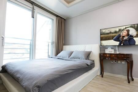 깔끔한 화이트톤의 모던한 인테리어로 따뜻한 햇살이 들어오는 아늑한 D403 객실