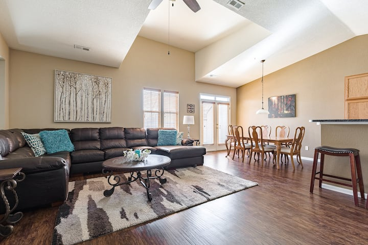 Private Saddle Rock Townhome with Garage *CLEAN*