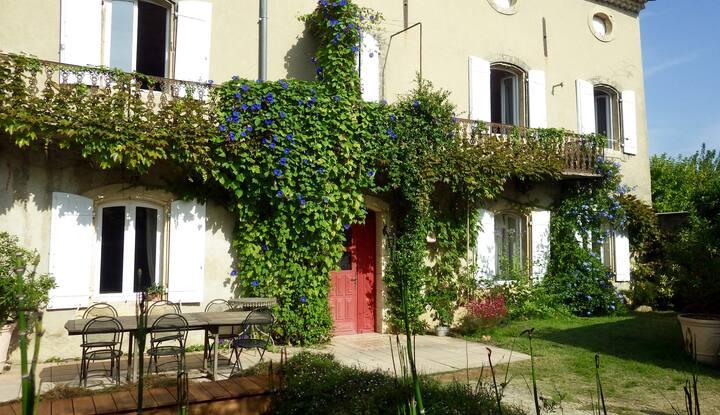 Chambre spacieuse dans village proche d'Avignon