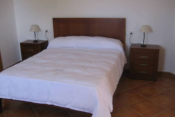1 room for rent with own bathroom in 3 room flat - Puig d'en Valls - Lägenhet