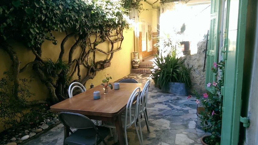 Studio in a charming Niçois house near tram