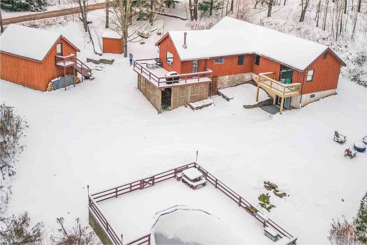 La Casa Roja: Catskills Getaway Close to Skiing