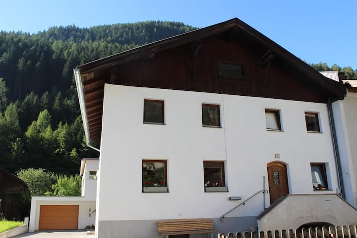 Wohlfühlhaus in Schönwies mit Traumgarten - Schönwies - Casa
