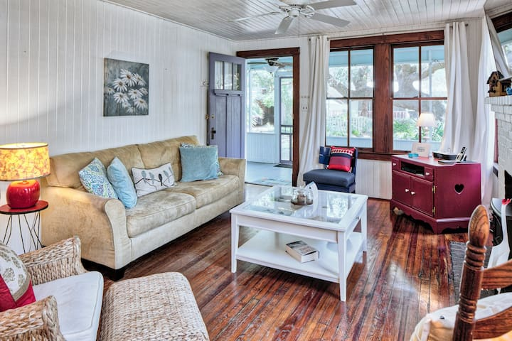 Cozy Tybee cottage in quiet neighborhood, walking distance to beach!