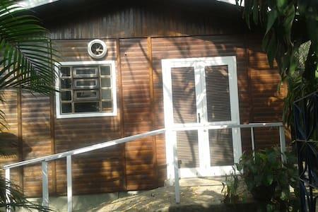 Casa de madeira em local calmo perto do aeroporto - リオデジャネイロ