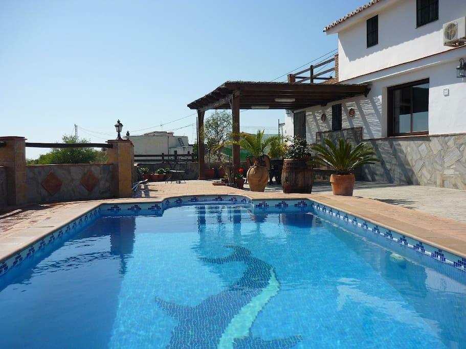 überdachte Terrasse vor dem Pool