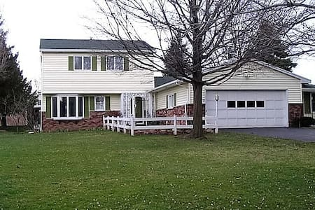 Quiet Family Home - Honeoye Falls - บ้าน