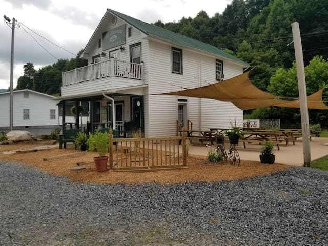 Apartment Directly ON The Virginia Creeper Trail !