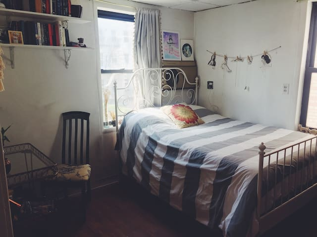Sunny Little Sanctuary: Greenpoint Private Room - Brooklyn - House