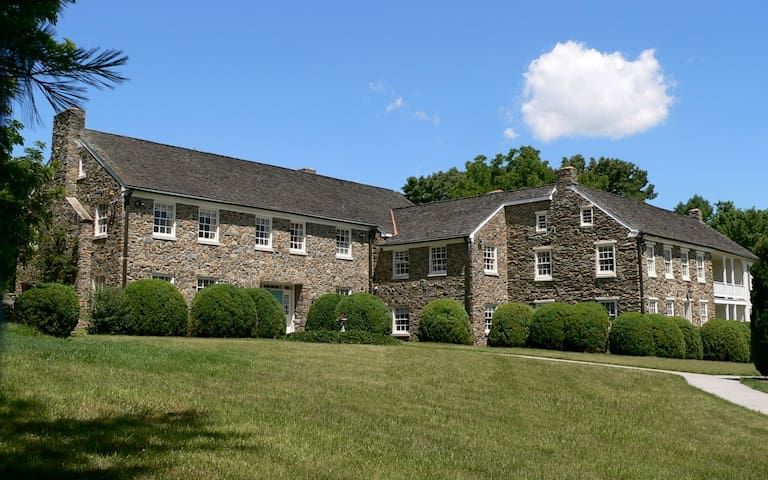 Inn at Stone Manor - Country Estate - Middletown - Bed & Breakfast