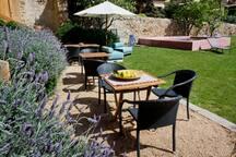 Nuestro mobiliario y jardín para uso exclusivo de nuestros clientes.